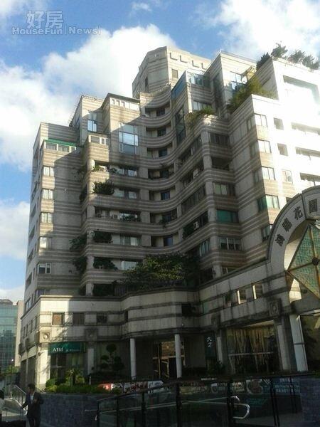 1「鴻禧花園大廈」外觀造型特殊,在信義路五段為知名豪宅。