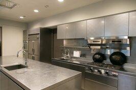 比美五星級飯店的中央廚房,甚至比帝寶的配備還要齊全。住戶有需要宴客,只要請來廚師備好食材就可以。