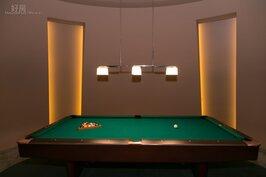 傳統的撞球桌,在燈光與裝潢下,彷彿也成為藝術品。