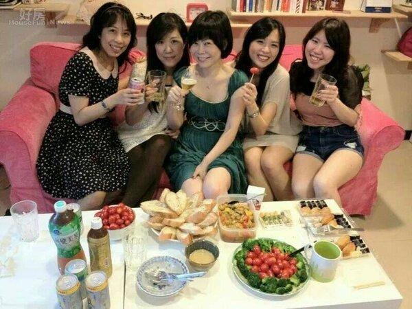 1.錢怡君很滿意現在的小窩,也常找朋友來家中聚餐。