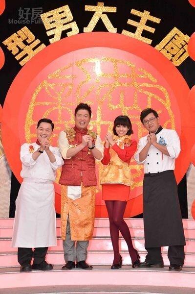 9阿基師(左起)、曾國城、夏于喬、詹姆士主持美食節目《型男大主廚》。