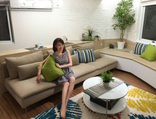 1.佩佩婚後的新家走北歐風,臥榻刻意與沙發選用同一顏色,彷彿是一體成形。