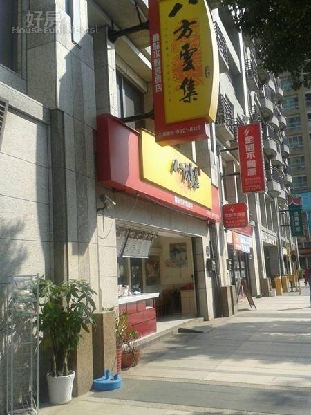 3一樓有多家美食商店進駐,提供住戶生活上需求。
