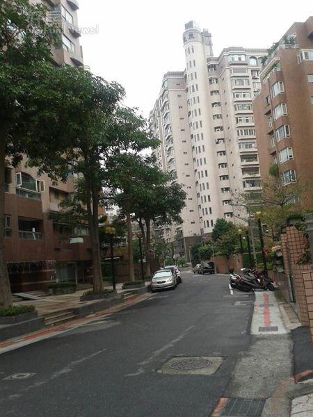 5明水路巷弄裡道路整齊,綠樹林立。