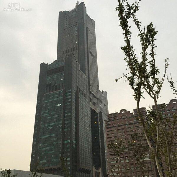 從市圖總館頂樓的空中花園遠眺,就是「85大樓」
