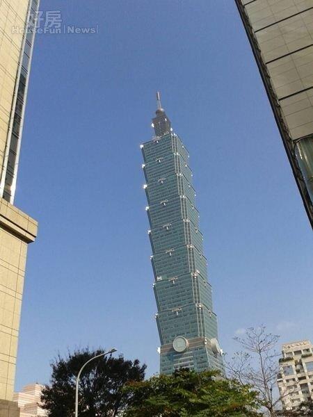 6從「新光人壽曼哈頓」與「新世界」俯瞰台北101大樓。