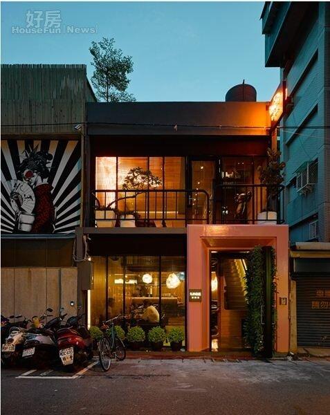 1. 經紀人蔣承縉當初投資800萬,在台北市光復南路開設了小酒館「傢家酒」。