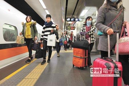 過年樂  高鐵春節票昨天凌晨開賣,已售出35萬張,小年夜和除夕目前還有票。(本報資料照片)
