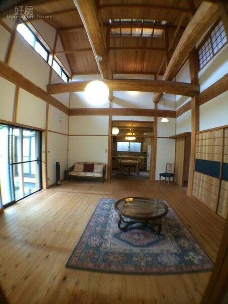 4.客廳相當寬敞,家具不多走簡樸風。