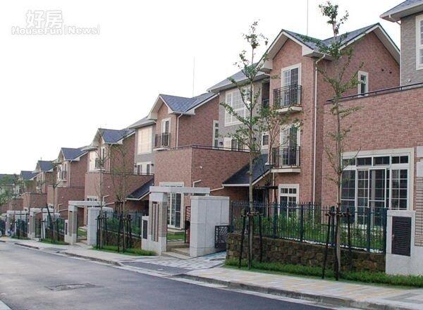 2社區內亦有不少重疊別墅。