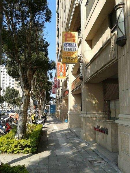 3一樓也有多家商店,騎樓造型很有歐式風格。