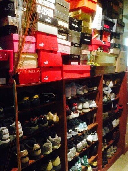 8.小炳家四房的其中一房為專門收藏表演衣物的空間,光是表演鞋就超過300雙,一字排開氣勢磅礡!