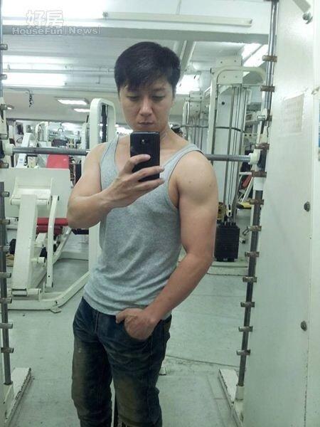 4. 除了出門跑步、上健身房,曹景俊偶爾也會在房間舉啞鈴,也練就了一身精壯好身材。