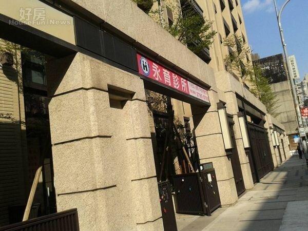 3一樓有診所進駐,方便住戶生病就診。