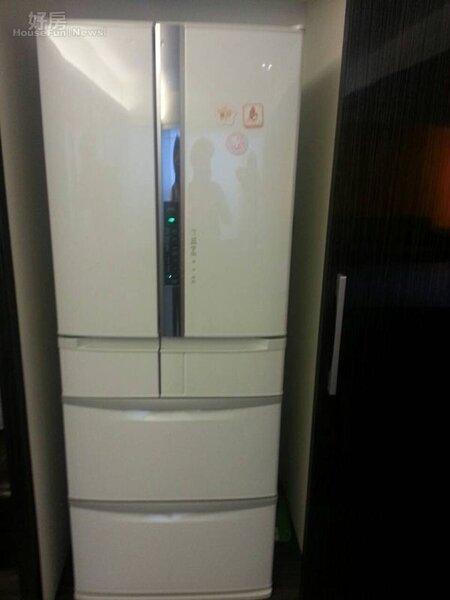 4.冰箱是女主人的財庫,把它放進框框裡藏得很好。