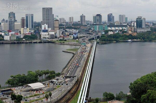 新加坡與馬來西亞僅有一橋之隔,房價水平卻是天差地遠。(騏聿地產提供)
