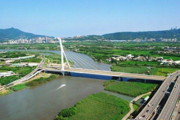 受限於禁建令,社子島已禁建超過40年,圖為社子大橋。(截取自台北市政府工務局新建工程處)