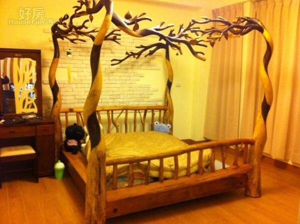 8.花了半年時間以手工實木打造的大床,別具特色。
