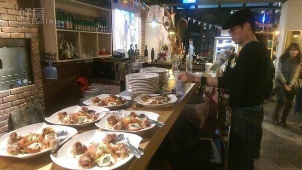 4.做好的餐點直接放在開放式廚房的吧台上,一群好友可以隨意享用!