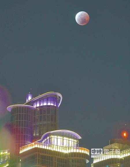 昨日晚間月全食奇景,月球隱沒在地球影子區內形成紅月亮。圖為高雄攝得的月全食景像。(謝明祚攝)