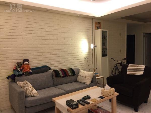 4.客廳沙發以舒服的灰色為主,上頭還有大野狼跟小老鼠的玩偶跟抱枕。