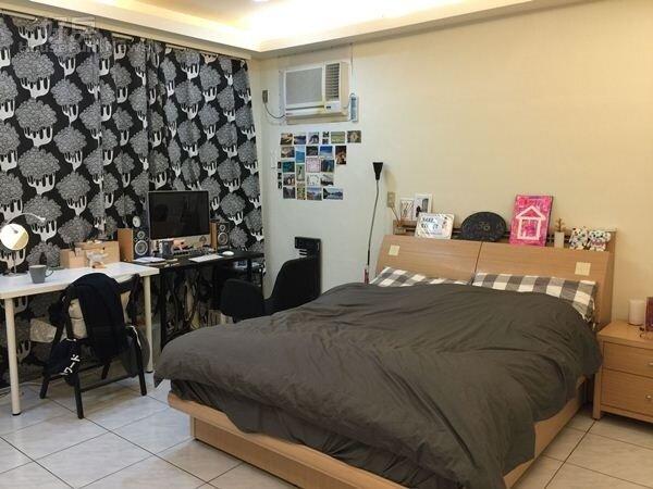6.臥房布置看起來以黑白灰色調為主,冷氣機下面還貼了一些旅遊的明信片及照片。