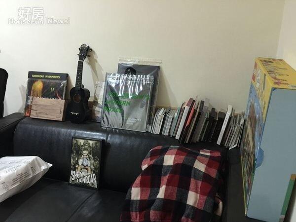 8.除了是型男演員,同時也是廣播節目主持人的梁正群,熱愛音樂,蒐集到的CD都好好存放在小房間中。