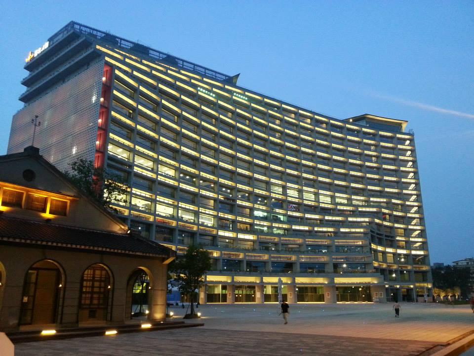 一到晚上,台北文創大樓燈火通明,廁所內部恐會更清晰可見。