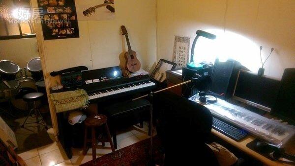 3.為能更專心投入於創作音樂,劉學甫特地在一樓客廳後方空間隔出一間個人音樂工作室。
