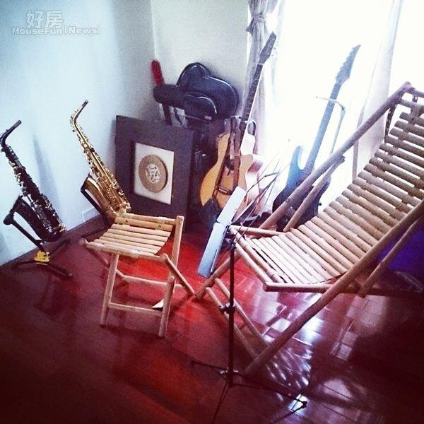 9.李厚豪收藏了數把薩克斯風與吉他。