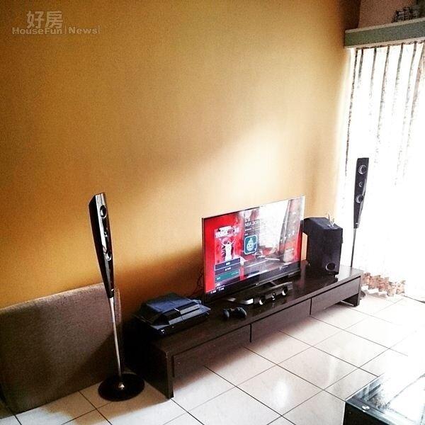 4.喜歡打電動的李厚豪,特地在把客廳改造成視聽娛樂區,舉凡3D智慧型電視、SONY PS4電視遊樂器、音響系統…等一應俱全。
