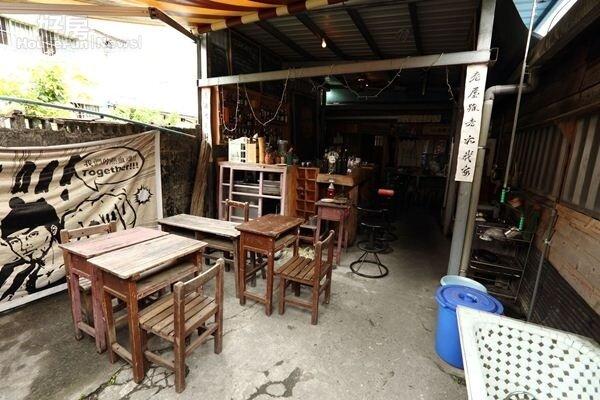 5.「Our老房子咖啡屋」有不少二手家具,店內的桌椅就是從學校回收來的。